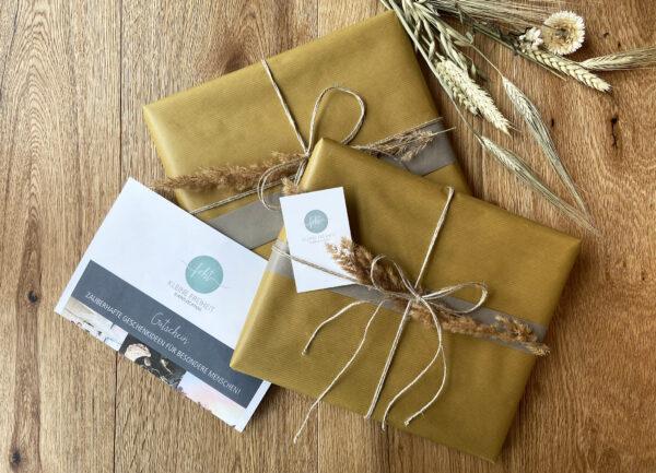 Gutscheine als Geschenk verpackt auf dem Tisch. Ab 49,00€